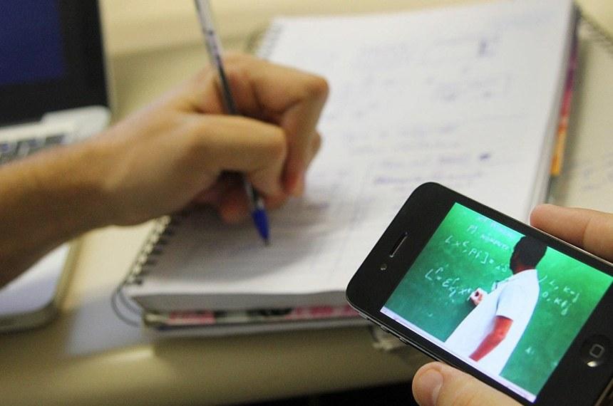 Promulgada lei que garante R$ 3,5 bi para internet de aluno e professor da rede pública