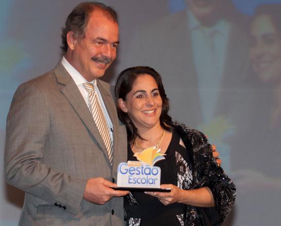 O ministro Aloizio Mercadante faz a entrega do Prêmio Gestão Escolar a Sibeli Lopes, diretora da Escola Estadual Luiza Nunes Bezerra, de Juara (MT) (Foto: João Neto/MEC)