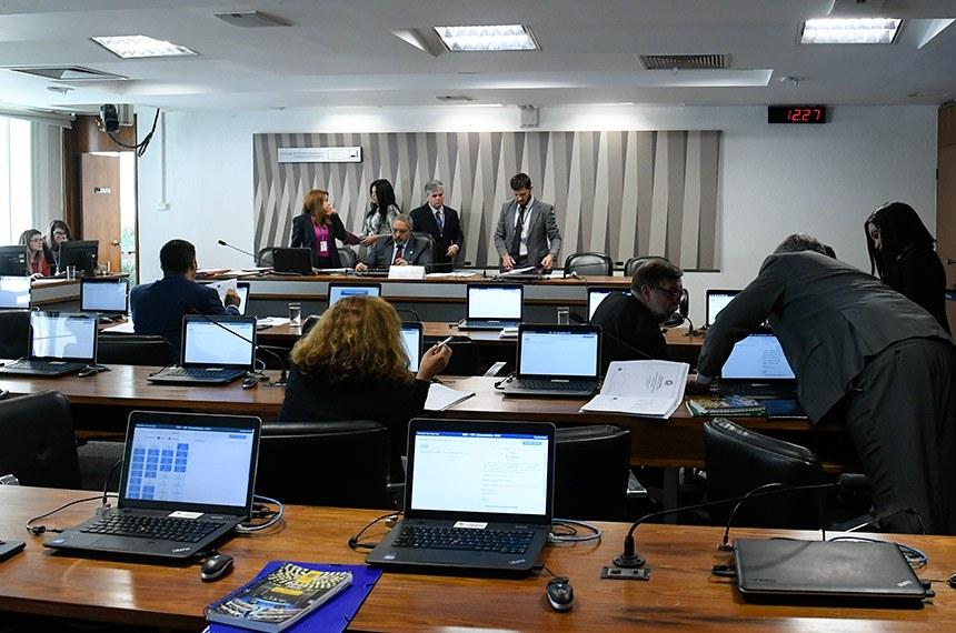 Escolas podem ser obrigadas a contar com intérpretes de Libras