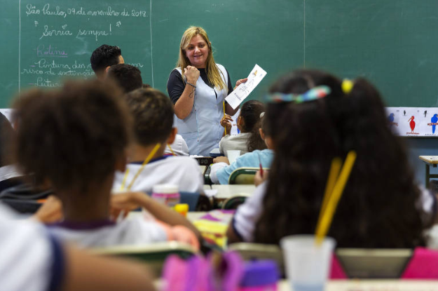 Conselho Nacional de Educação aprova formação de professor de 4 anos e foco na prática