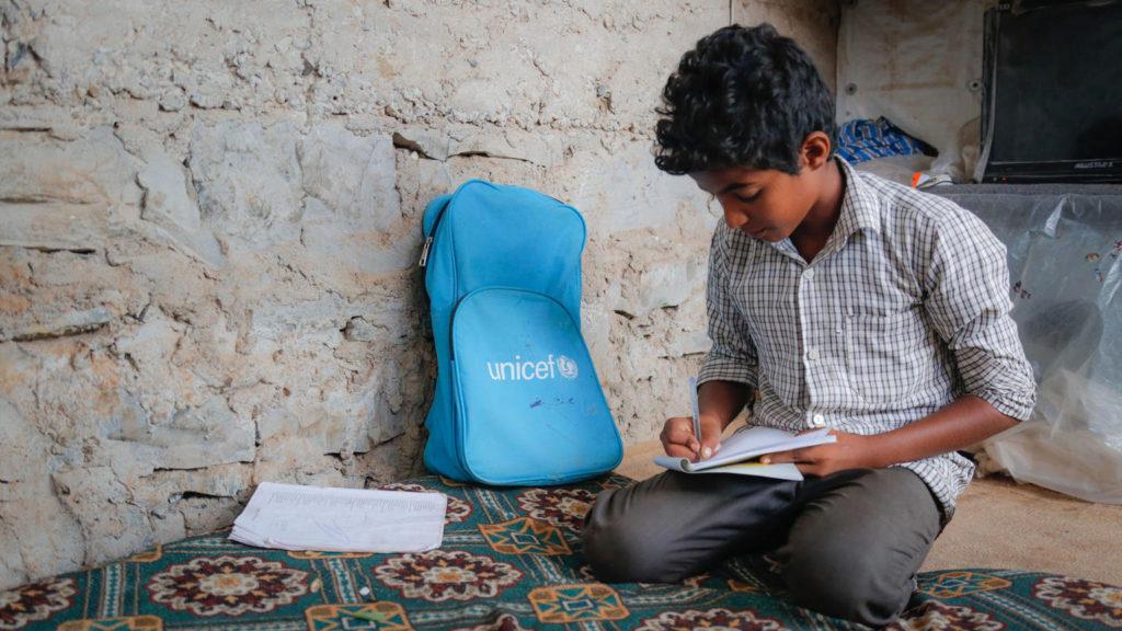 Um terço dos jovens está fora da escola em contextos de guerra e desastre