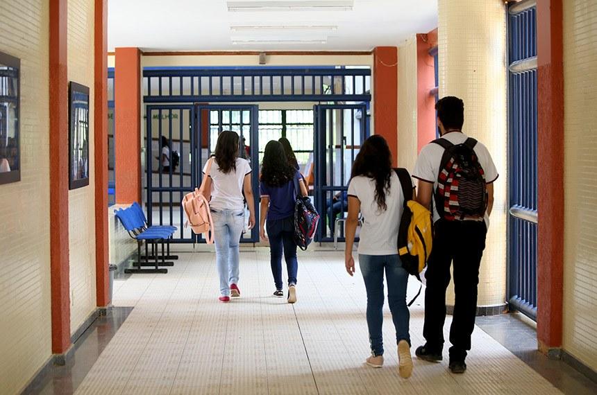 Bolsonaro veta atendimento de psicólogo e assistente social nas escolas públicas