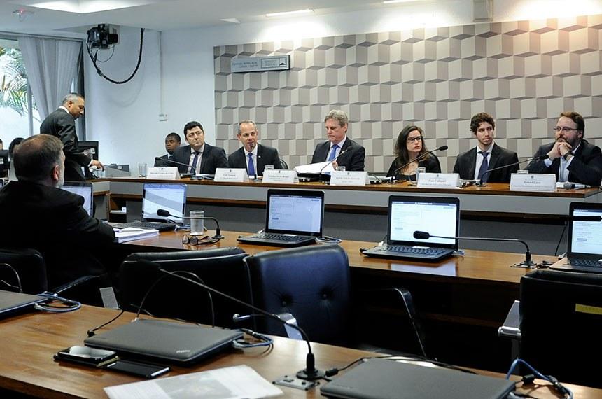 Educação municipal pública não sobrevive sem o Fundeb, alertam debatedores
