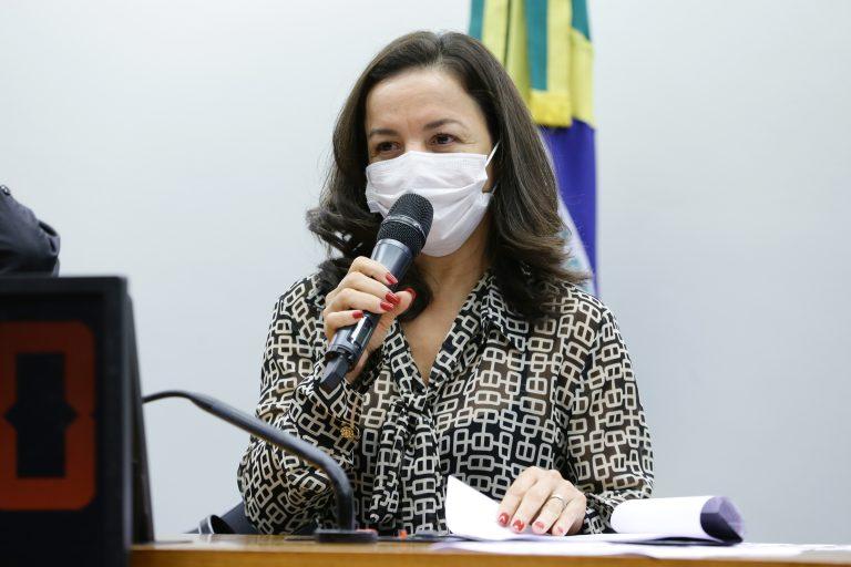 Comissão aprova exigência de consulta pública nacional para mudanças em currículo escolar