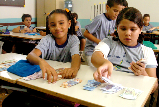 Um projeto piloto levou educação financeira à rede pública de ensino médio de vários estados, com a participação da Secretaria de Educação Básica do MEC (Foto: Tereza Sobreira/Arquivo MEC)